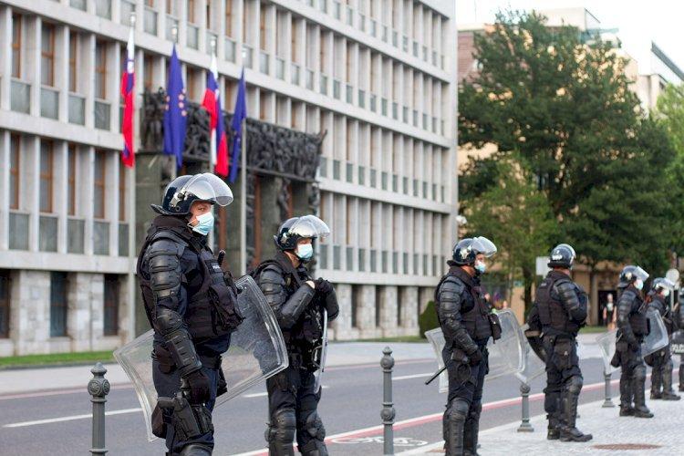 Uporaba prisilnih sredstev za pasivizacijo množic na sredinih protestih na podlagi ZNPPol – zahteva